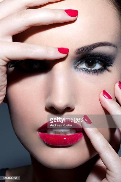 woman with red lips and nails, close up. - pestaña fotografías e imágenes de stock