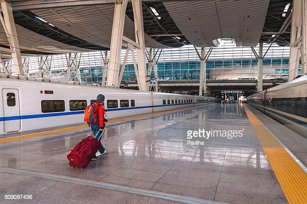女性、レッドのスーツケースにある北京鉄道駅、北京、中国 - 鉄道駅 ストックフォトと画像