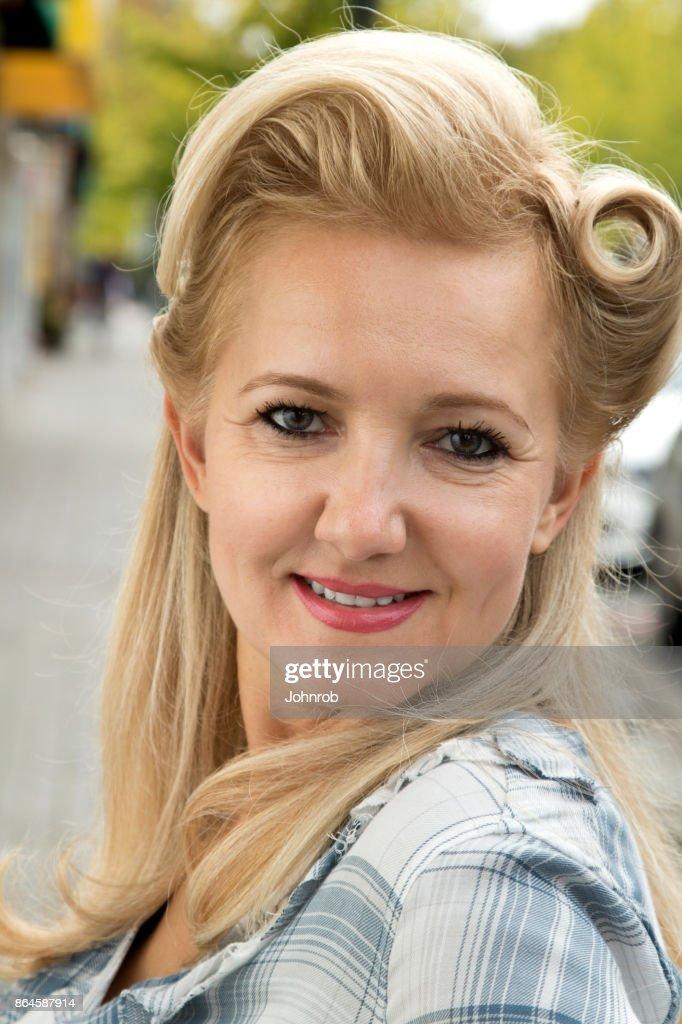 Mujer Con Peinado Retro Mirando Directamente A Camara Cabeza De
