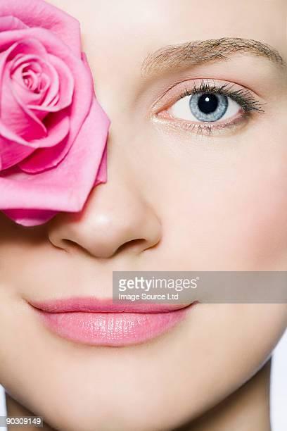 Frau mit rose über Auge