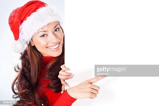 frau mit weihnachtsmütze zeigen leer banner auf - weihnachtsfrau stock-fotos und bilder