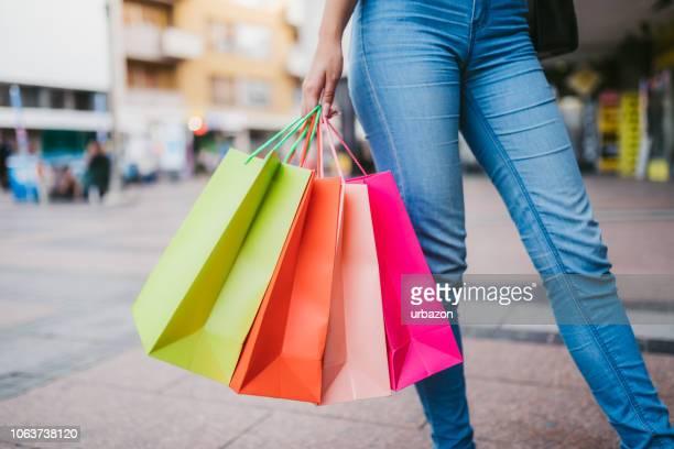 mulher com sacos de compras no centro - bag - fotografias e filmes do acervo