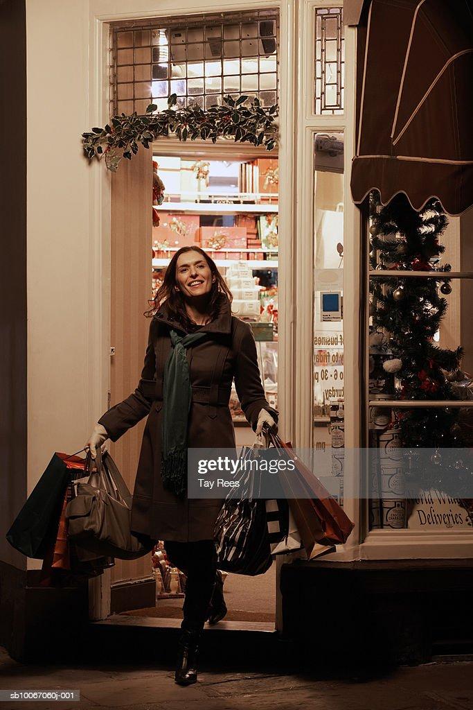 Donna con borse della spesa e sorridente : Foto stock