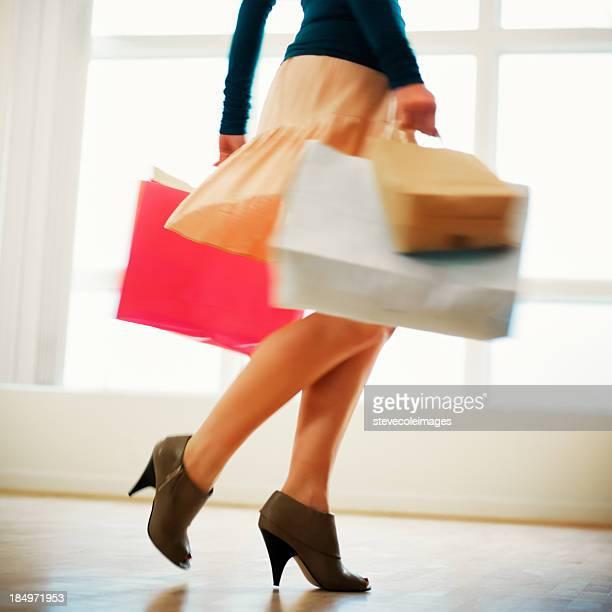 女性のショッピングバッグを合わせて、ハイヒール