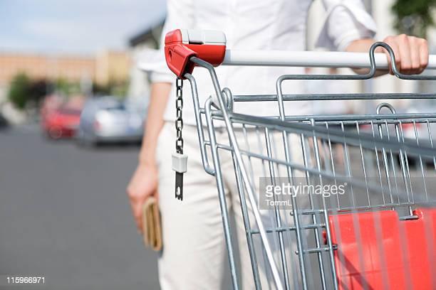 mulher com carrinho de compras - mercado espaço de venda no varejo - fotografias e filmes do acervo