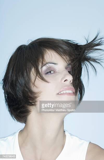Femme avec des cheveux courts être Cheveux dans le vent