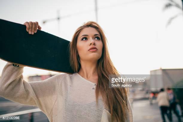 Kvinna med skateboard