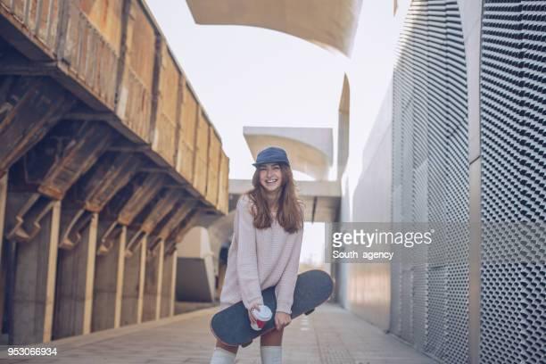 スケート ボードを持つ女性 - ハイソックス ストックフォトと画像