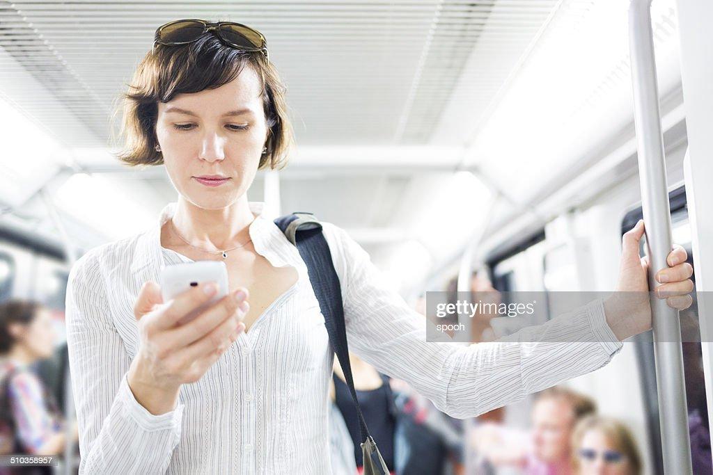 女性のスマートフォンで地下鉄 : ストックフォト