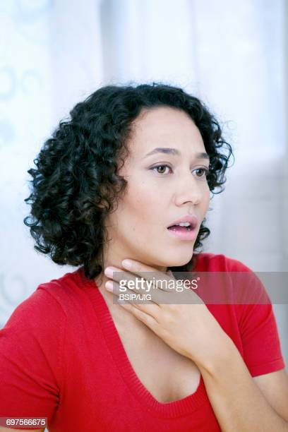 woman with sore throat - faringite imagens e fotografias de stock