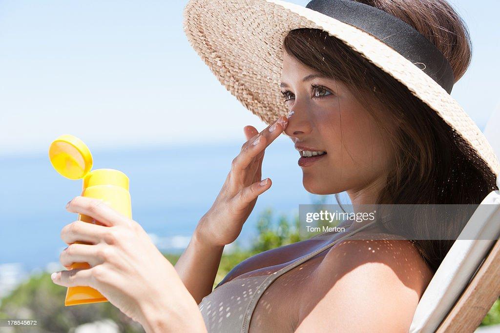 女性、ストローハット適用外の日焼け止めをお楽しみいただけます。 : ストックフォト