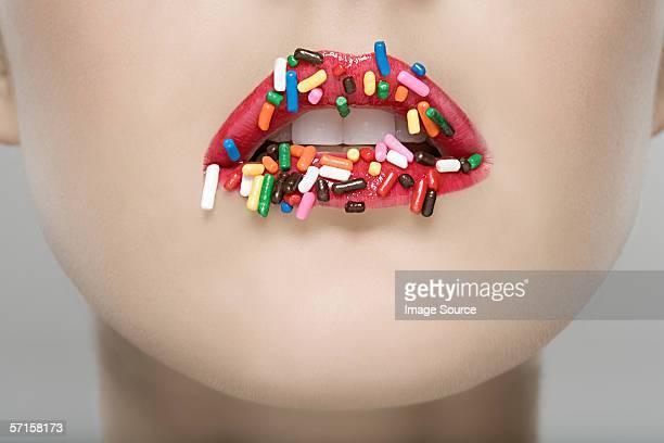 Frau mit Zucker Streusel auf ihre Lippen
