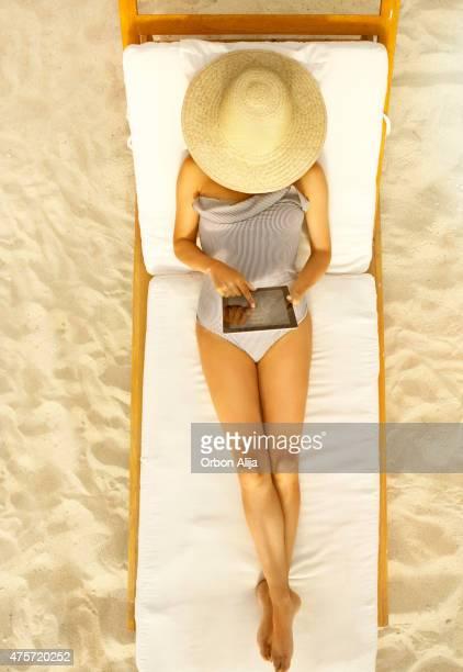 Femme avec tablette sur la plage
