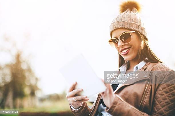 Femme avec une tablette