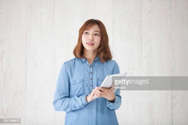 frau mit tablet - junge frau allein fotos stock-fotos und bilder