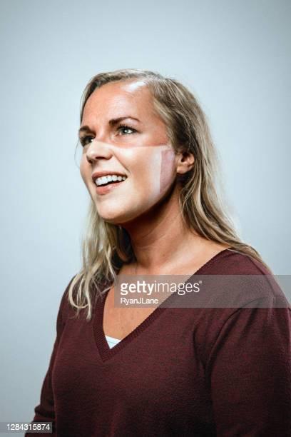 femme avec la ligne de tan du masque protecteur de visage - marque de bronzage photos et images de collection