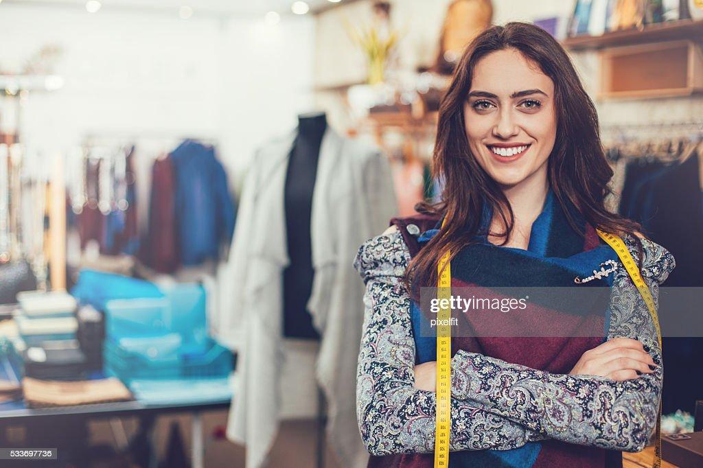 Donna con metro a nastro nel dipartimento di moda : Foto stock