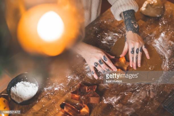 自宅のジンジャーブレッド クッキーを焼いたりの入れ墨をした女
