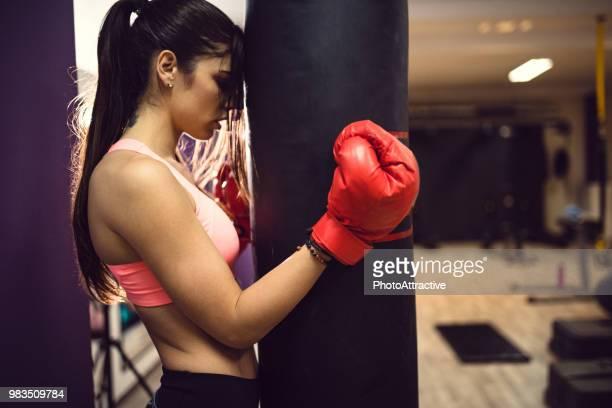 mulher com as luvas de boxe - boxe feminino - fotografias e filmes do acervo