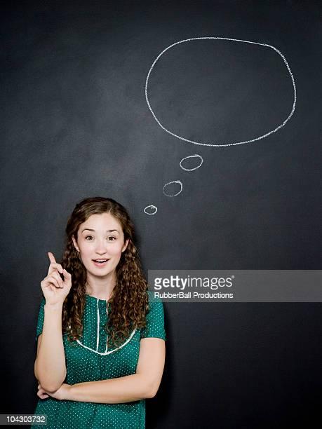 Frau mit Gedanken-Blase über dem Kopf