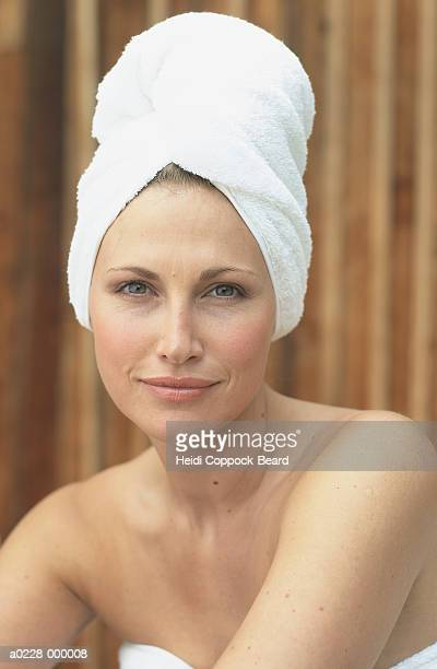 woman with towel on head - heidi coppock beard - fotografias e filmes do acervo