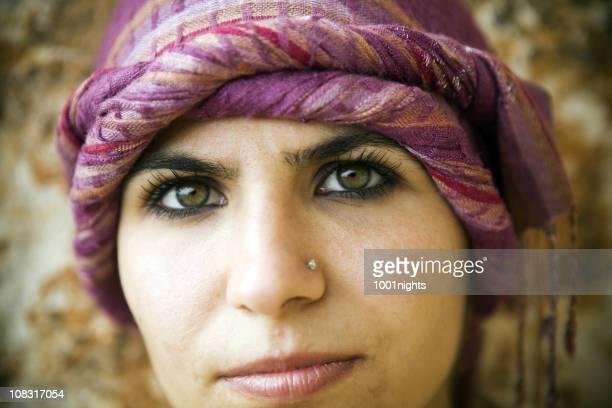 femme avec des vêtements traditionnels - femme touareg photos et images de collection