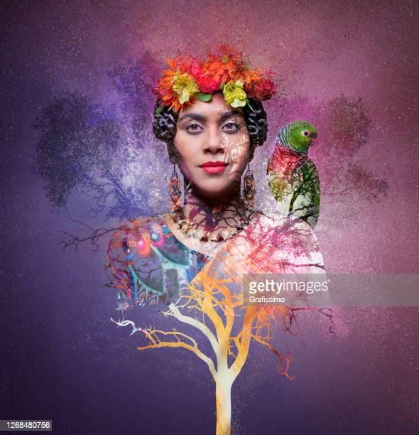 mujer con árbol y loro - pájaro tropical fotografías e imágenes de stock