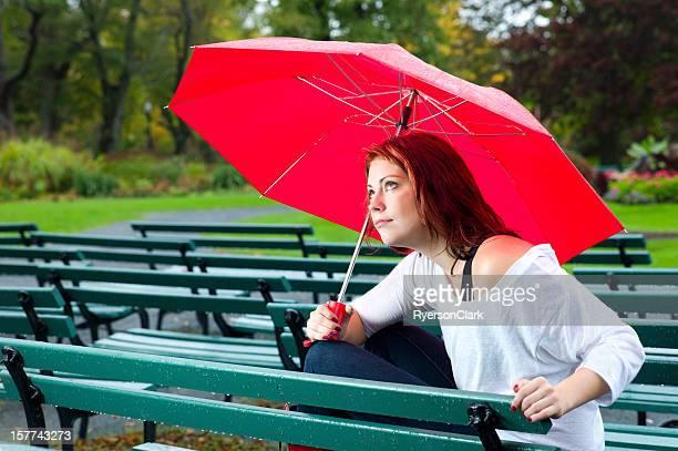 女性、パラソルを雨の日に獲れたばかり。