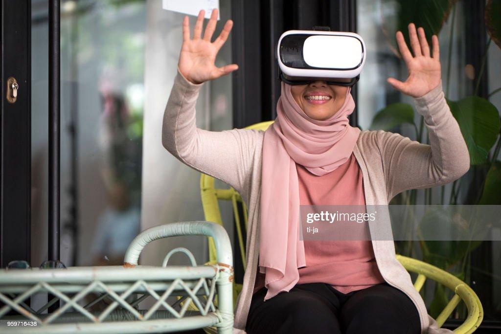 Frau mit VR : Stock-Foto