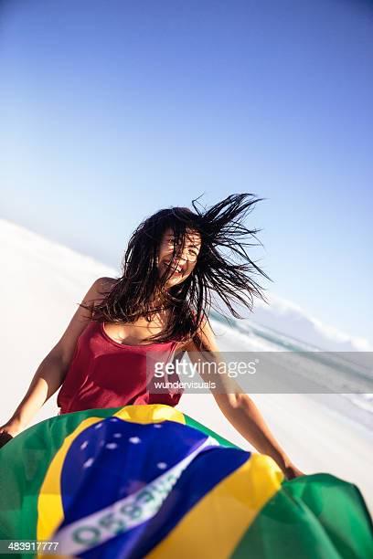 Mulher com a bandeira do Brasil