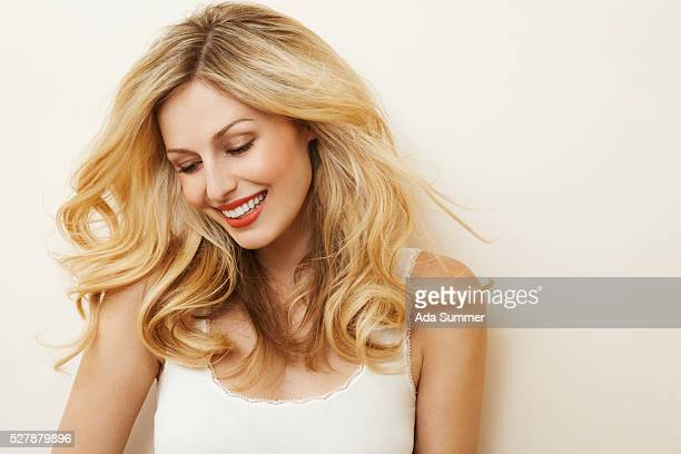woman with wavy hair - cheveux blonds photos et images de collection