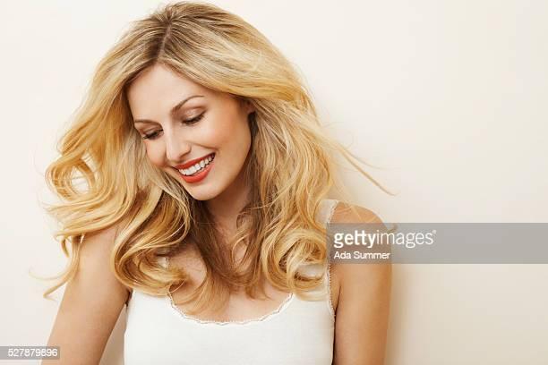 woman with wavy hair - blick nach unten stock-fotos und bilder