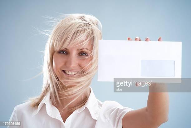 Frau mit weißen Briefumschlag