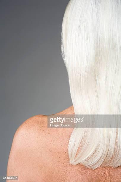 mujer con pelo blanco - lentigo fotografías e imágenes de stock