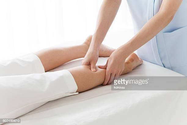 Femme avec eux pour masser les jambes