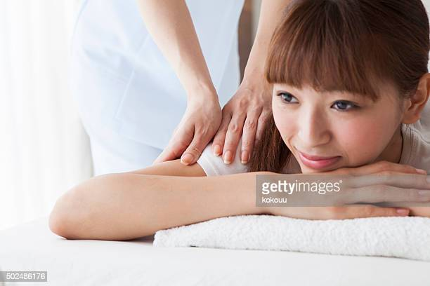 woman with whom to massage your back in este - body massage japan stock pictures, royalty-free photos & images