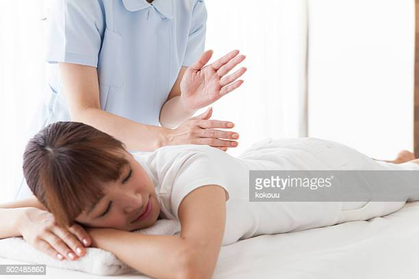 woman with whom to massage your back - body massage japan stock pictures, royalty-free photos & images