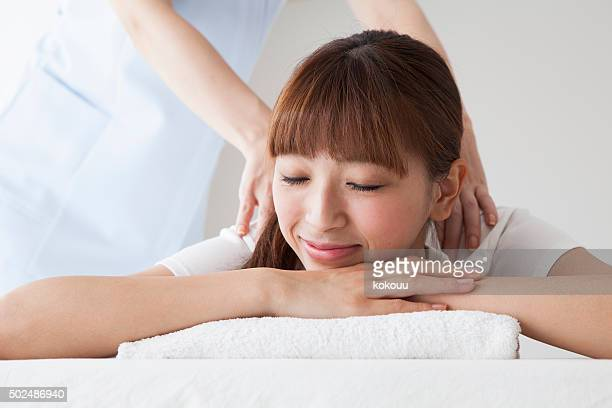 woman with whom to massage your back to bone crusher - body massage japan stock pictures, royalty-free photos & images