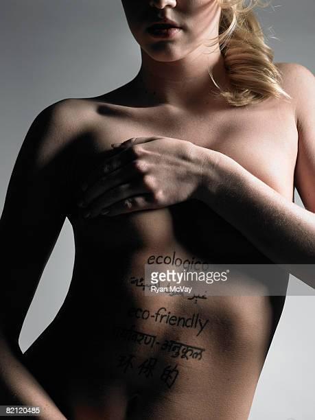 femme avec mots sur le corps. - jeune fille sans vetement photos et images de collection