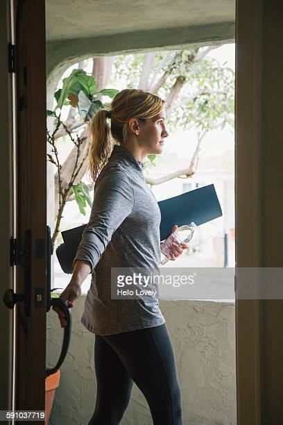 woman with yoga mat - leaving stockfoto's en -beelden