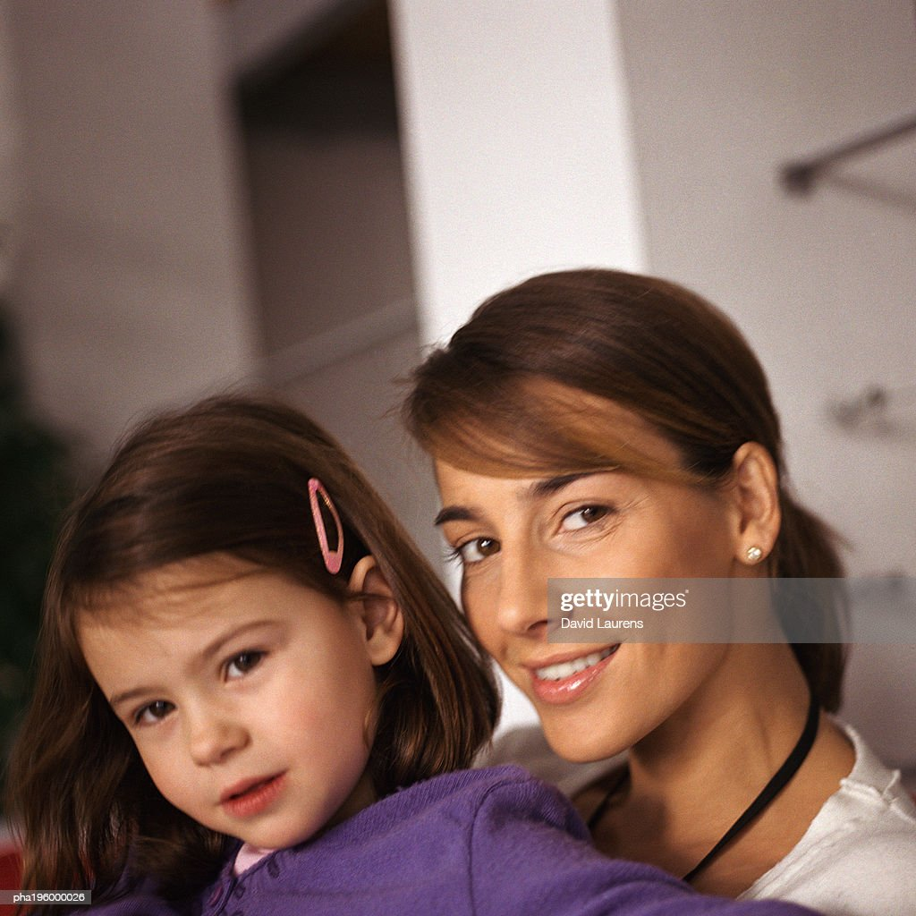 Woman with young girl, portrait, close-up : Stockfoto