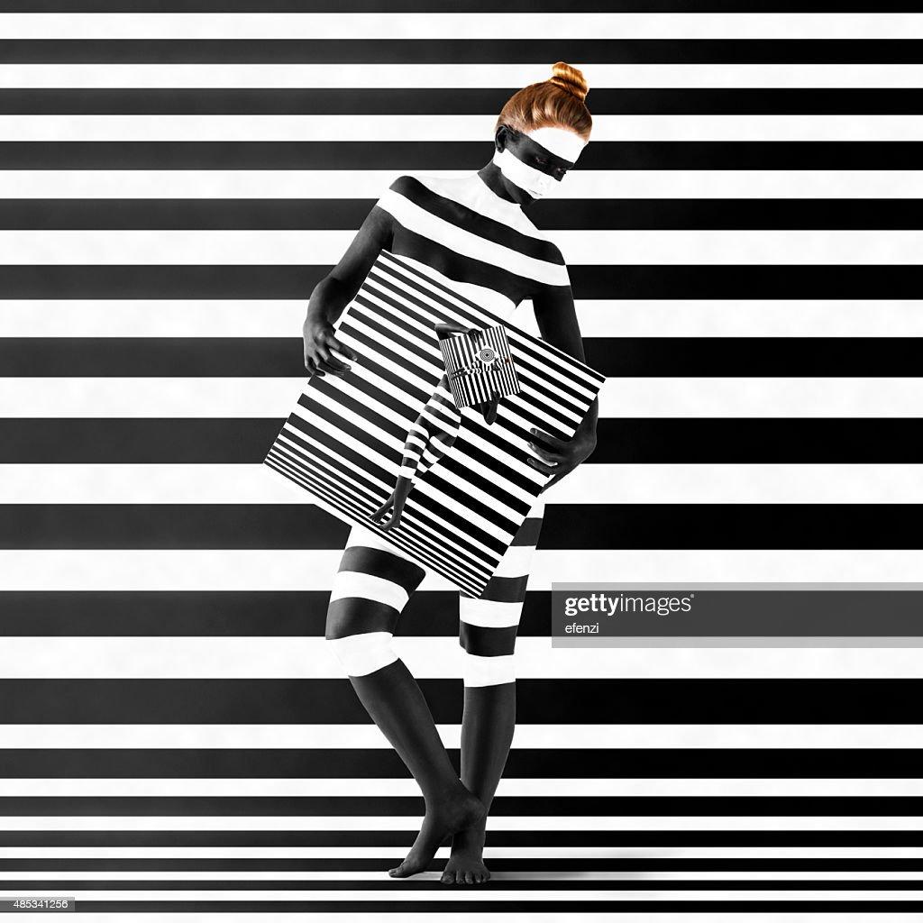 Frau mit Zebra-Aufdruck auf Ihrem Körper : Stock-Foto