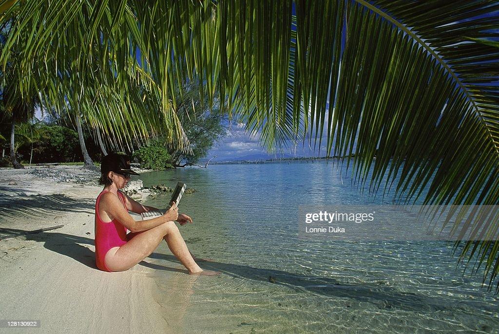 Woman w/laptop computer in Bora Bora : Stockfoto