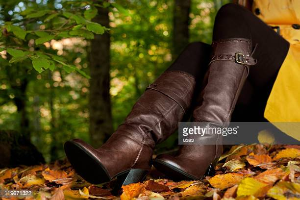 Femme Porte des bottes en cuir en forêt
