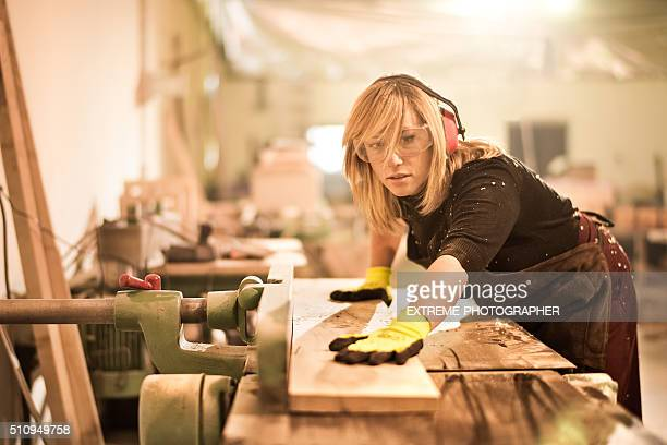 Frau arbeitet als Kunsthandwerker