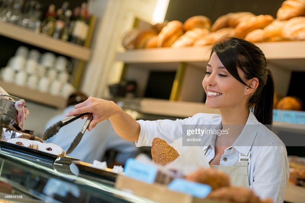 Frau arbeitet in einer Konditorei : Stock-Foto