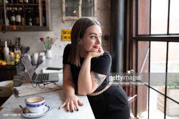 woman working at a restaurant - showus stock-fotos und bilder