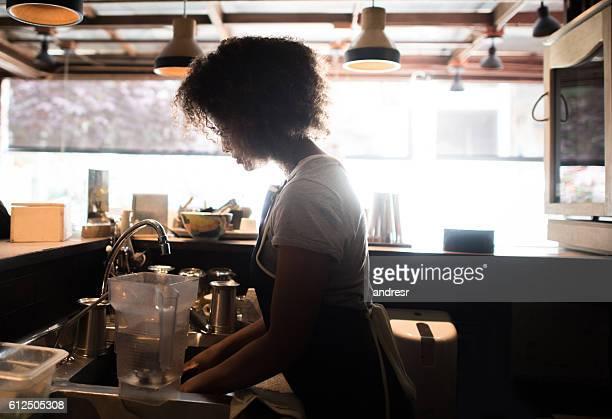 woman working at a restaurant - garçonete - fotografias e filmes do acervo