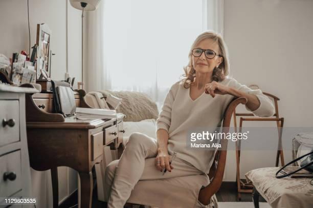 woman working at home - showus imagens e fotografias de stock