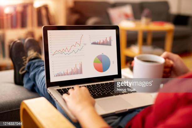 vrouw die thuis werkt - looking over shoulder stockfoto's en -beelden